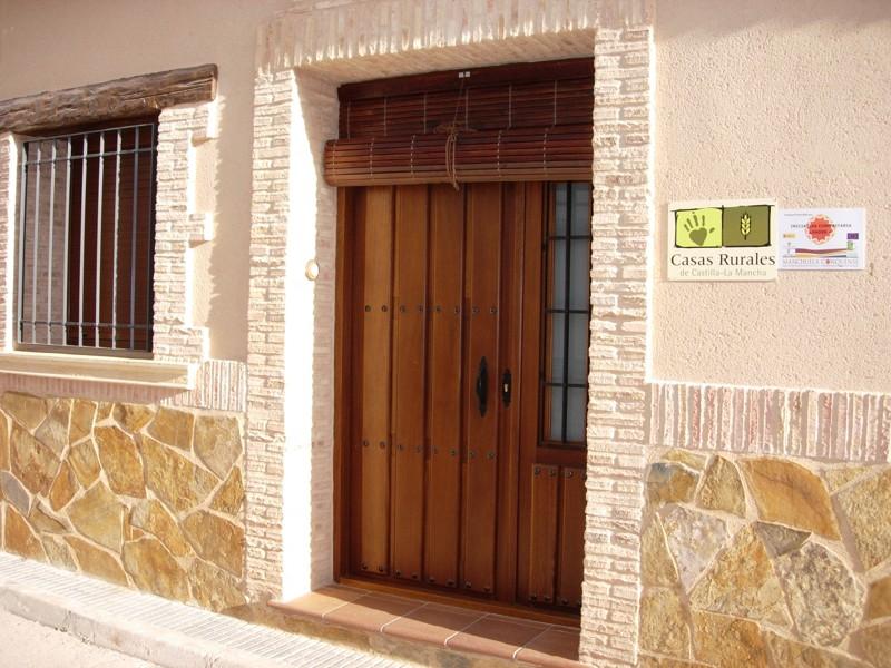Casa rural parajes del j car la casa casas de - Como hacer una puerta rustica ...